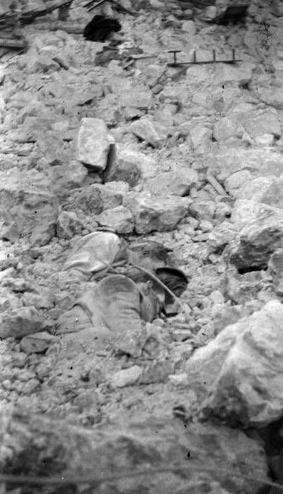 Avezzano - Corpi tra le macerie