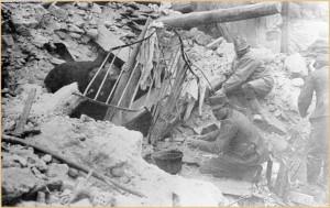 Avezzano – Militari impegnati nello scavo delle macerie alla ricerca di superstiti