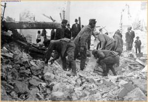 Militari impegnati nel salvataggio di superstiti sepolti tra le macerie