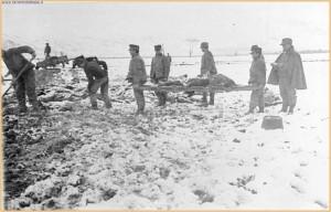 Ortucchio – Militari impegnati nelle operazioni di seppellimento dei cadaveri rese difficili dalle abbondanti nevicate dopo il terremoto