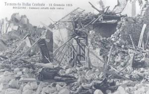 Avezzano – Cadaveri estratti dalle rovine