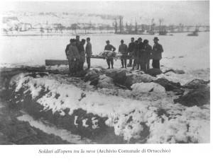 Soldati all'opera tra la neve